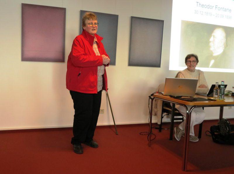 Frau Dorothee begrüßt die Referentin Frau Hennecke