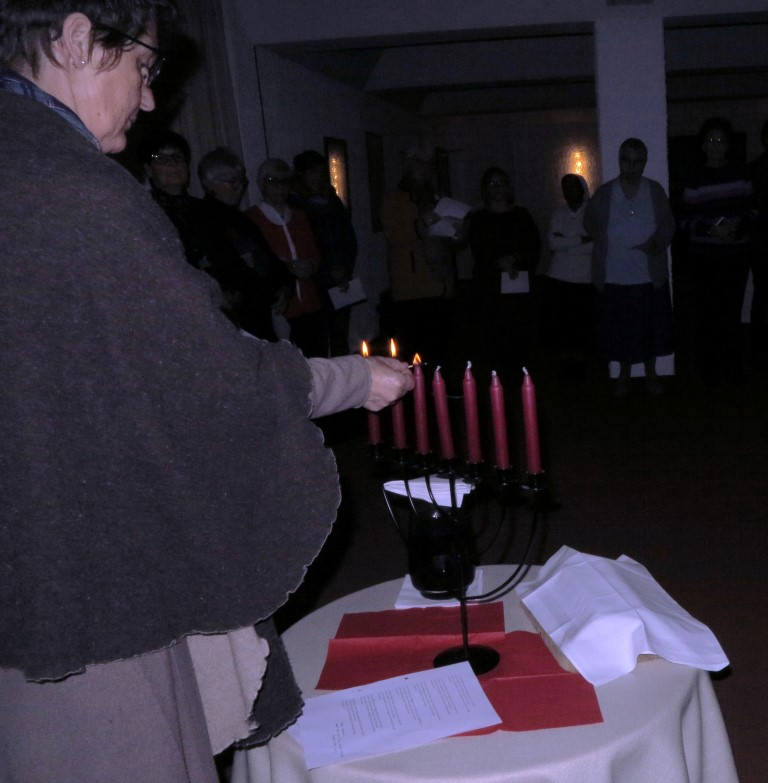 .....werden die Kerzen  des siebenarmigen Tischleuchters entzündet