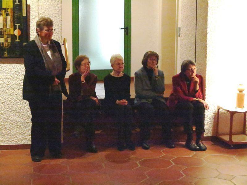 Die Tänzerinnen werden von einem interessierten Publikum bewundert