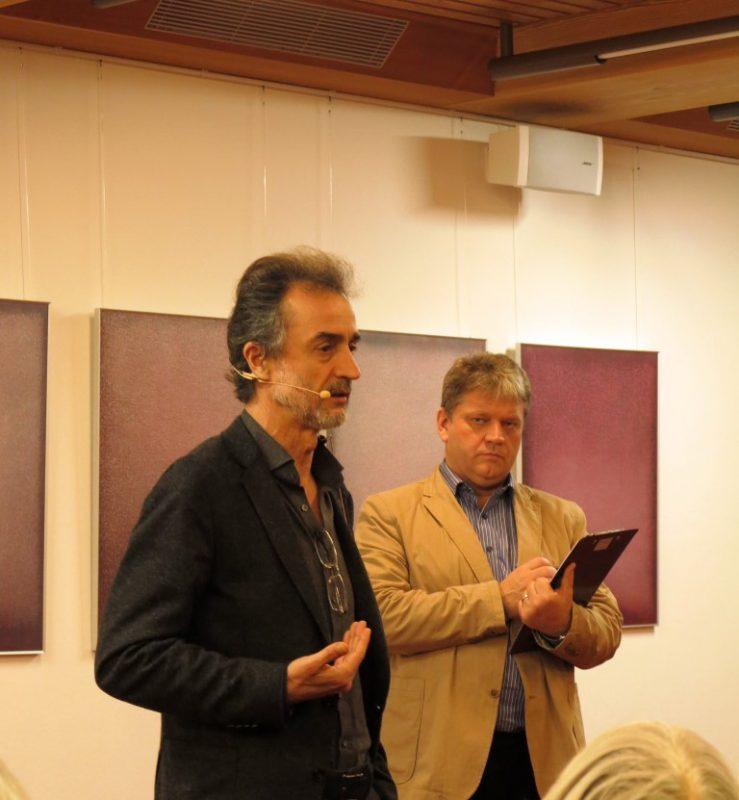 Prof. Özsoy und Damian Lazarek bei der Diskussion