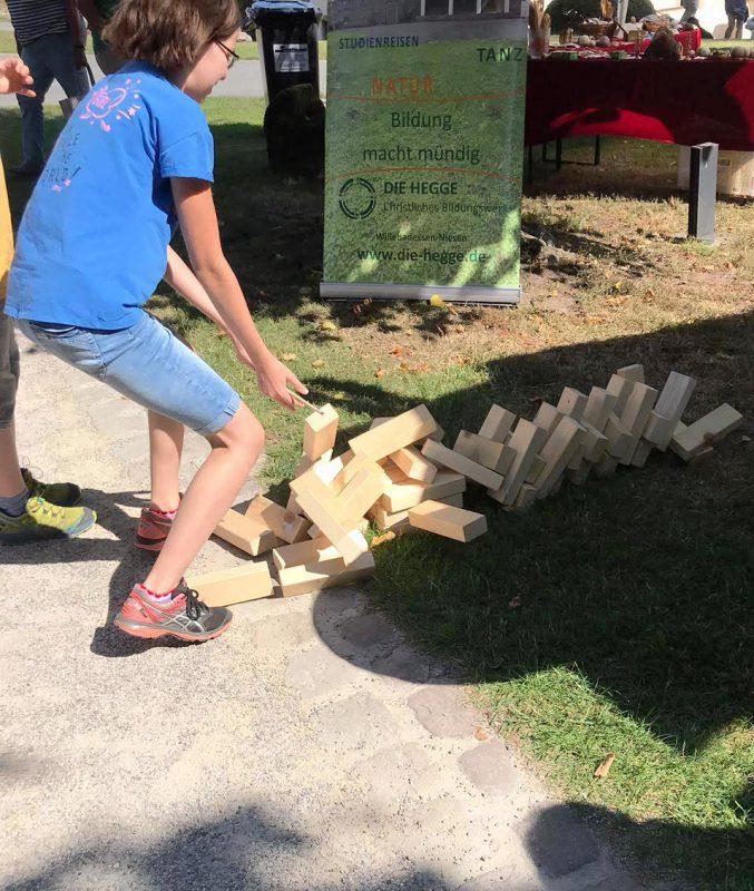 Der Holzklötzchen-Turm unterliegt den Naturgesetzen