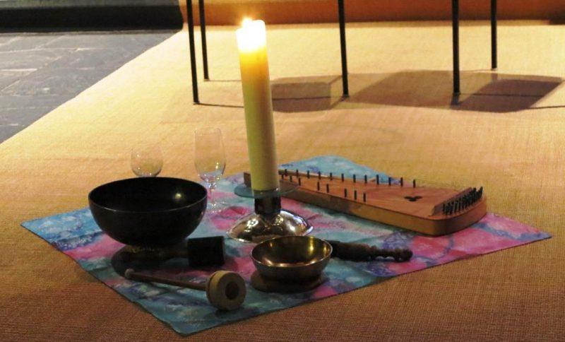 Klangschalen und Psalter liegen bereit