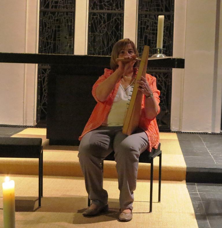 Die sanften Töne der Streich-Psalter unterstützen die Sänger