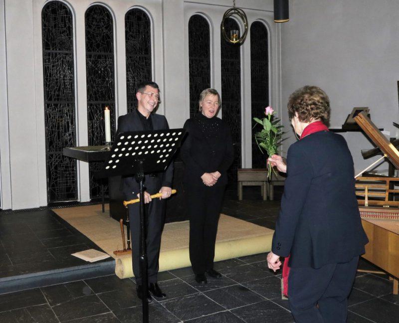 Elke Cernysev bekommt eine Rose überreicht (Dietmar Thönnes eine Flasche Wein)