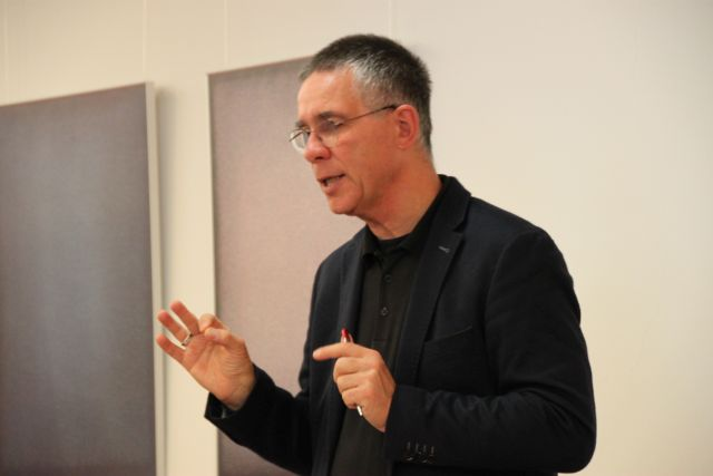 Pfarrer Lücker beim Vortrag