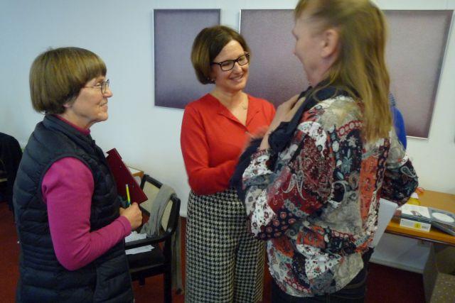 Kirsten Fay im Gespräch mit Teilnehmerinnen