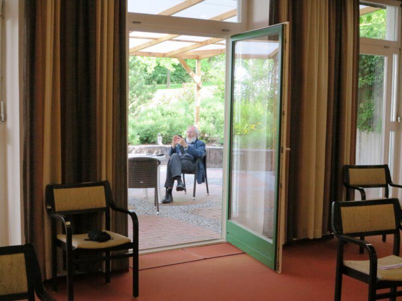 Blick aus dem Vortragsraum auf die (überdachte) Terrasse