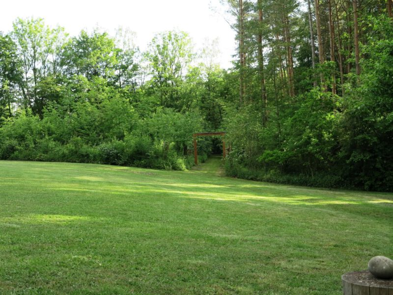 Die Natur in vollem Maien-Grün lädt zum Verweilen ein