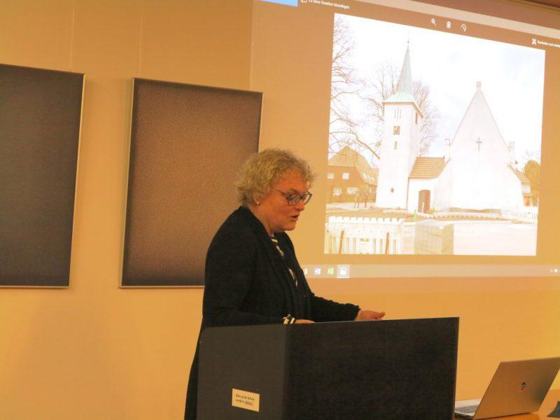 """Eine Teilnehmerin stellt """"ihre"""" Kirche in Barenburg vor"""