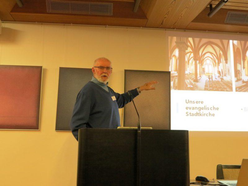 """""""Ein Schiff, das sich Gemeinde nennt"""". Ein Bild in der ev. Stadtkirche Schönau wird von einem Teilnehmer vorgestellt."""
