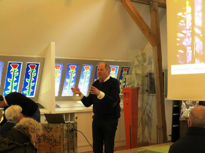 Besuch in der Glaswerkstatt Peters: Seniorchef Wilhelm Peters begrüßt die Teilnehmer