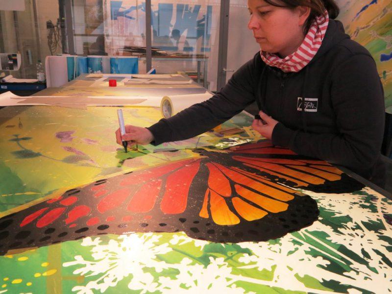 Eine Glasmalerin bei der Arbeit