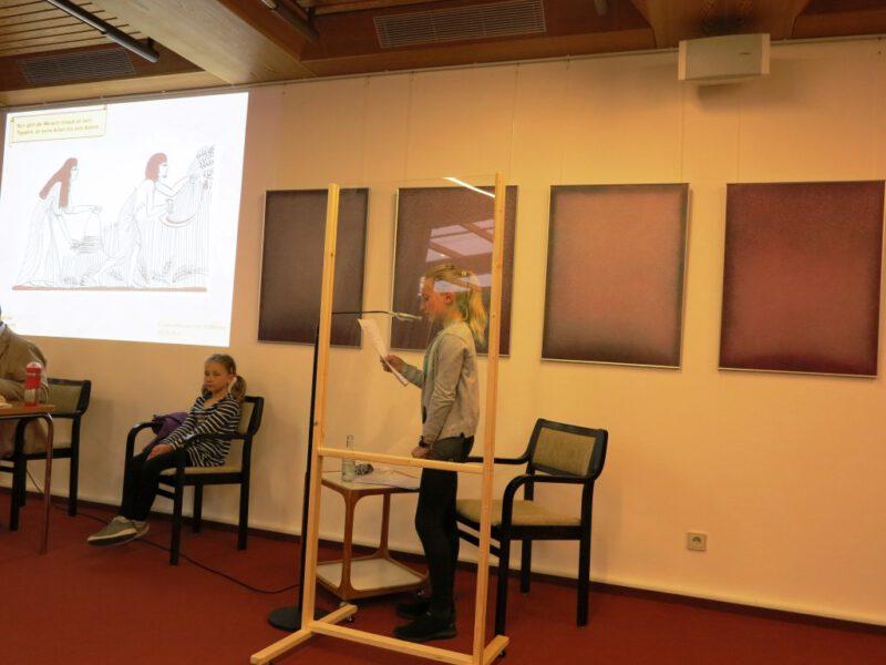 Katharina Lazarek assistiert ihrem Vater und gibt spannenende Informationen zum Klippdachs
