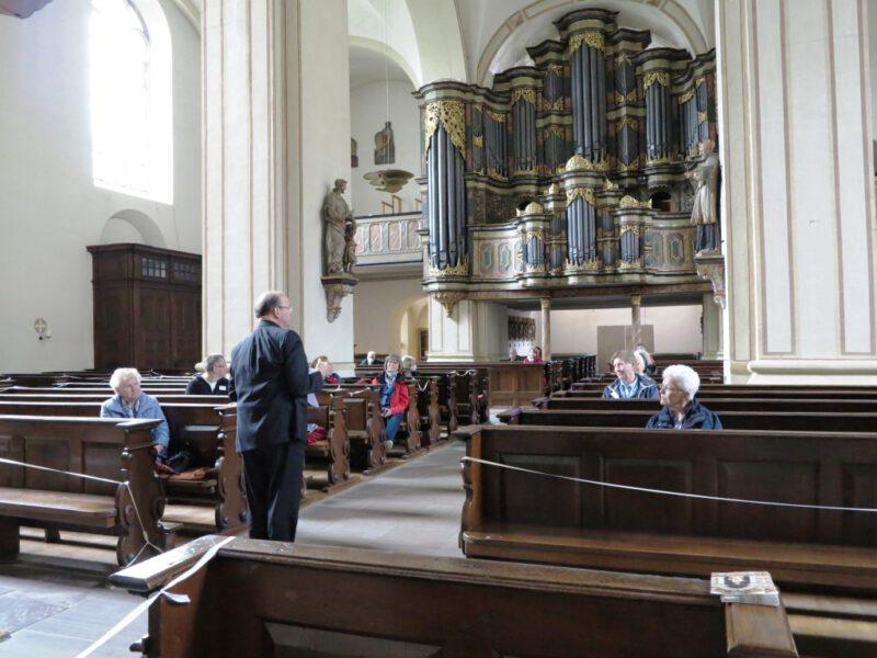 Hans-Hermann Jansen gibt Erläuterungen zur Klosterkirche und zur Orgel