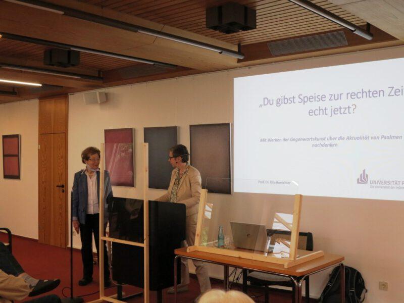 Dr. Anna Ulrich begrüßt Frau Prof. Dr. Rita Burrichter