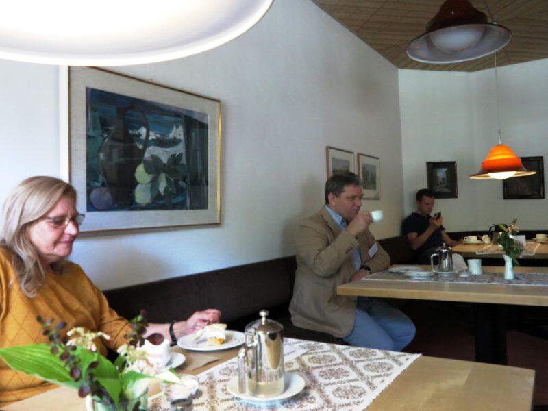 Nur zwei Teilnehmer sitzen an einem Tisch im Speiseraum