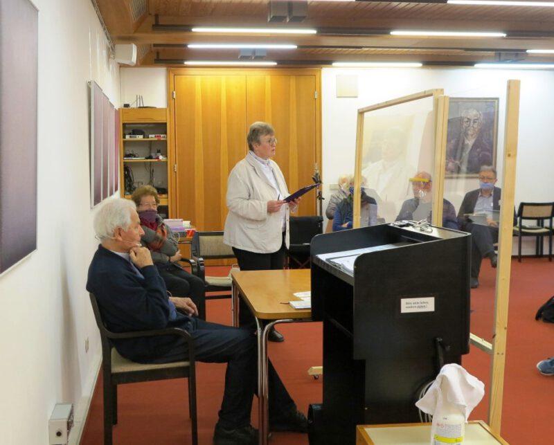 Dorothee Mann stellt den Referenten Prof. Dr. Kessler vor