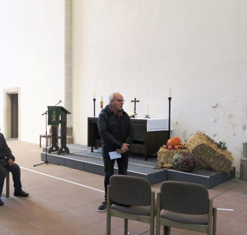 Dr. Unger führt durch die Marien-Kirche in Höxter