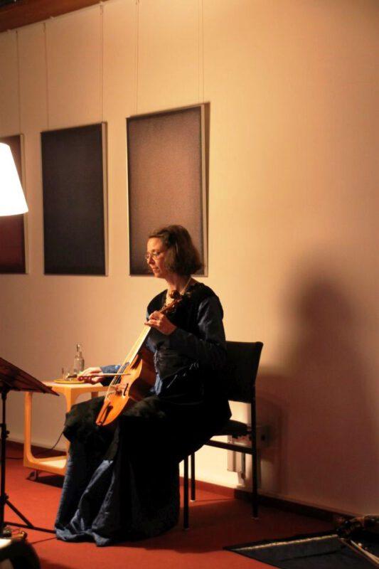 Martina Kirchhof mit Renaissance-Viola da Gamba