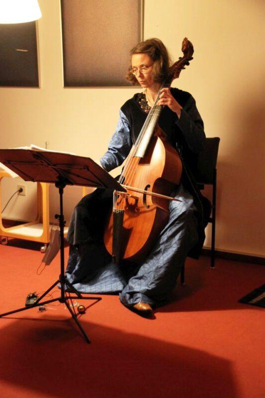 Martina Kirchhof mit Barock-Viola da Gamba