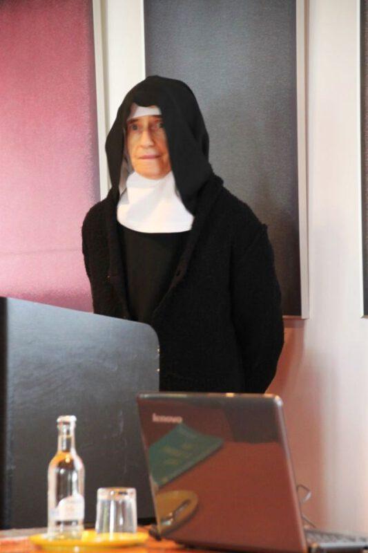 Sr. Hildegard Wolters OSB beim Vortrag