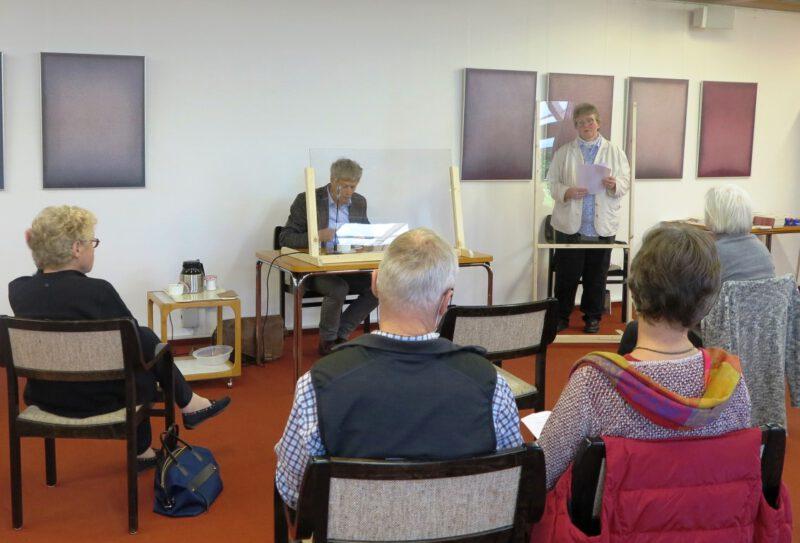 Dorothee Mann begrüßt Pfarrer Stephan Bickhardt