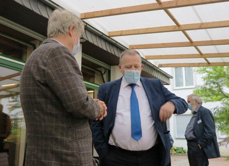 Die Referenten Prof. Brose und Pfr. Bickhardt tauschen sich aus