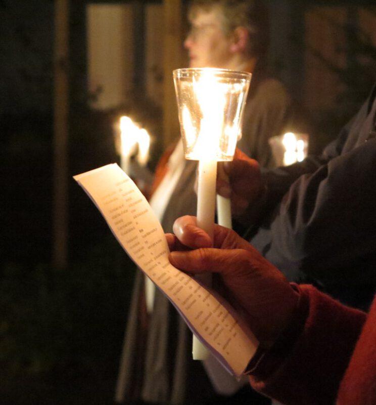 Jeder Teilnehmer hatte einen Liederzettel und eine Kerze bekommen
