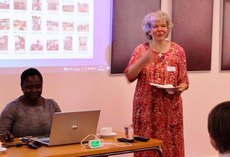 Die Tagungsleiterin Dagmar Feldmann stellt Frau Stella Weber vor