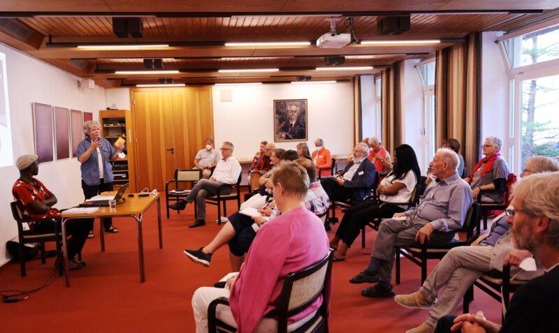 Die TeilnehmerInnen sind interessiert an den Ausführungen von Dr. Keith Hamaimbo