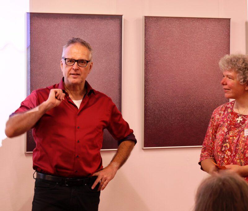 Die Bildungsreferentin der Hegge, Dagmar Feldmann, stellt Prof. Loimeier vor