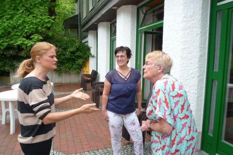 Die Referentin Simone Lamski im Gespräch mit Teilnehmerinnen