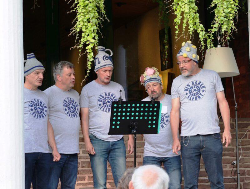 Typisch Frankfurter Männer: Handkäs mit Musik als Mützen
