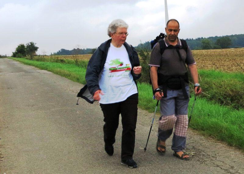 Dagmar Feldmann (Die Hegge) im Gespräch mit einem italienischstämmigen Pilger