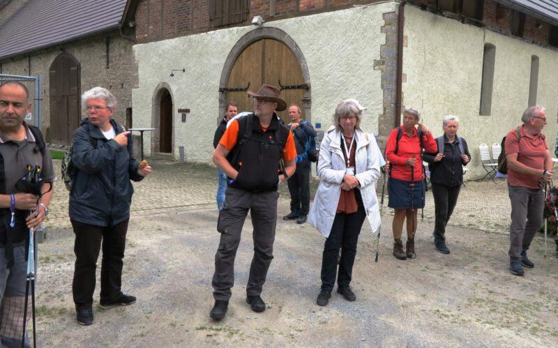 Frau Feldmann gibt kurze Infos zum Gut Holzhausen und zur Hegge