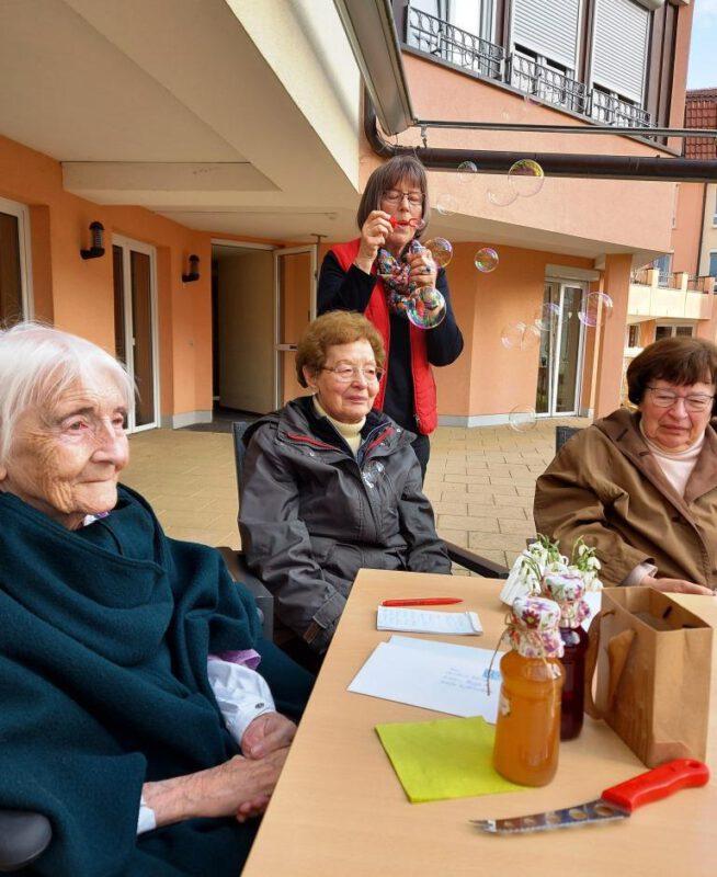 Am 95. Geburtstag Besuch von Frau Anna, Frau Mechthild und H. Thust im Altenheim