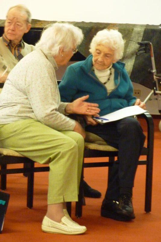 Frau Christine mit Gisela Franze im Gespräch